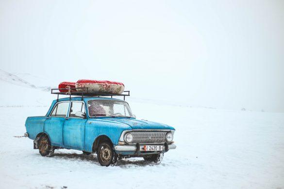 Auto azul sobre la nieve